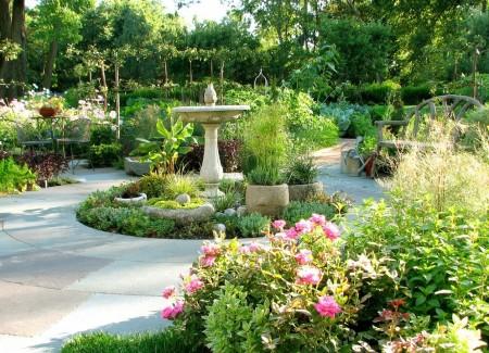 Poze Gradina de flori - Plantele decorative alterneaza cu legumele, ierburile aromatice si pomii fructiferi