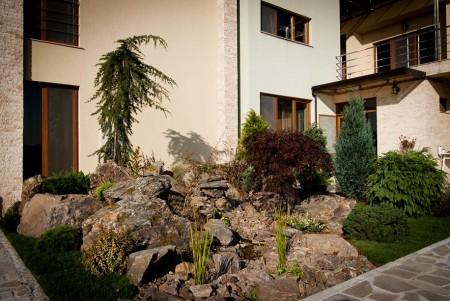 Poze Gradina de flori - Amenajare gradina cu stanci, gazon si plante