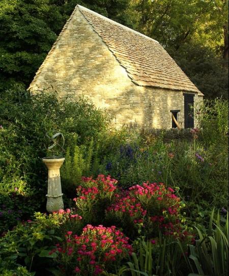 Poze Gradina de flori - Hambar din piatra intr-o gradina traditionala englezeasca