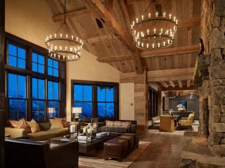 Poze Living - Grinzile din lemn, blocurile de piatra si candelabrele circulare masive creaza o atmosfera de castel medieval