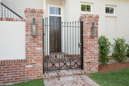 Poze Garduri si porti - Gard din caramida si poarta din fier forjat
