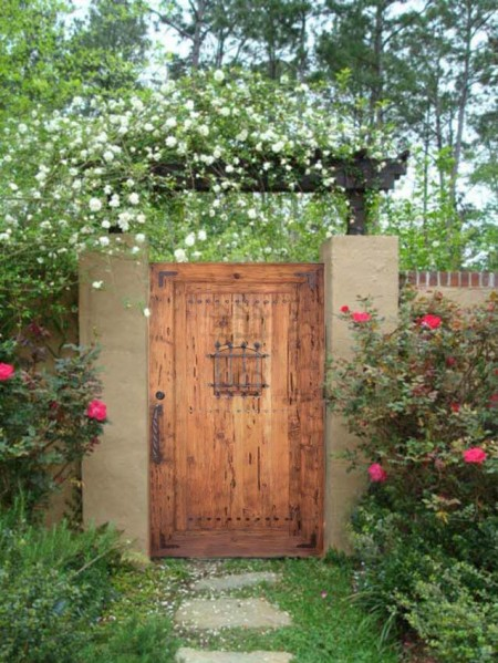 Poze Garduri si porti - Poarta din lemn masiv cu elemente decorative din fier forjat