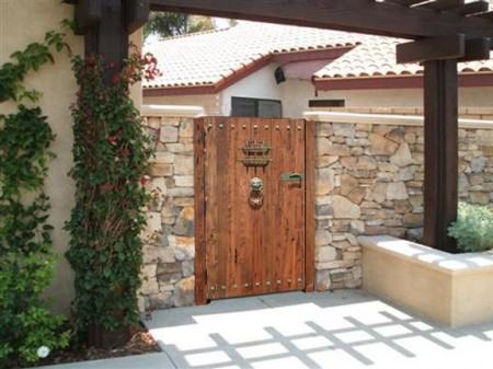 Poze Garduri si porti - Gard din piatra naturala si poarta din lemn masiv
