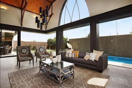 Poze Living - Living modern cu o fereastra gotica