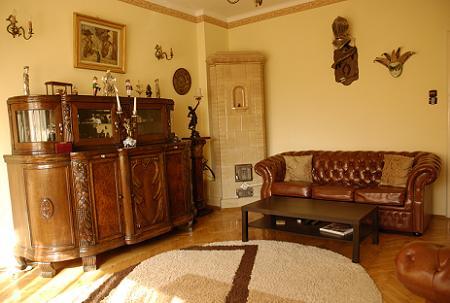 Poze Living - Amenajare clasica in living - stilului rafinat Rococo al mobilei lucrate in lemn masiv in combinatie cu stilul simplu si elegant al unei canapele de tip Chesterfield.