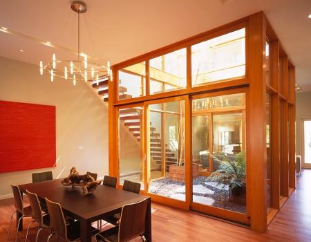 Poze Sufragerie - Sufragerie luminata natural prin curtea interioara