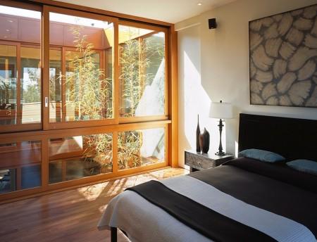 Poze Dormitor - Dormitor modern luminat natural printr-o curte interioara