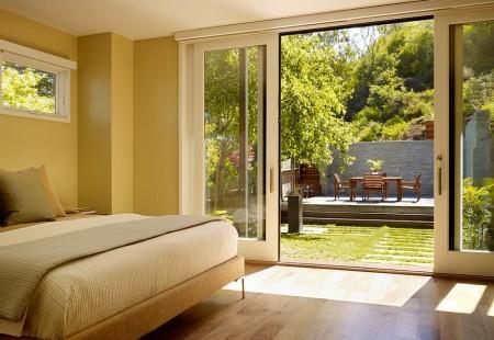 Poze Dormitor - Usile culisante conecteaza dormitorul cu gradina si natura exterioara