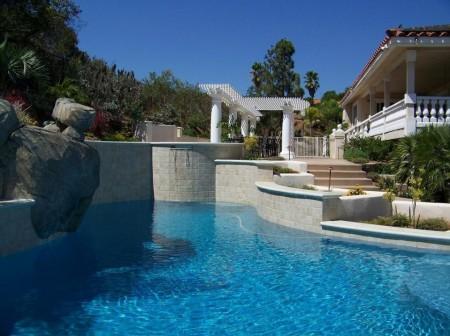Poze Piscina - Stancile masive si placile ceramice se intrepatrund in constructia acestei piscine