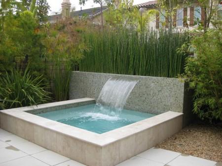 Mini piscina si cascada moderna for Mini piscina