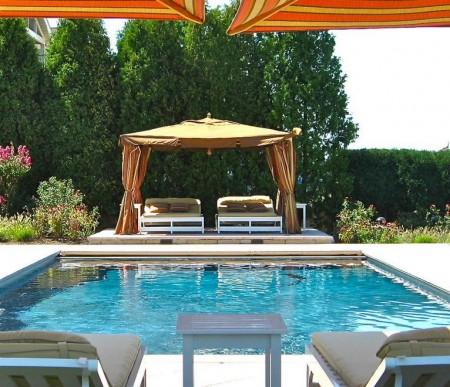 Poze Piscina - Gardul viu ce margineste piscina asigura protectie