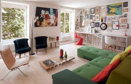 Poze Living - Livingul unui apartament modern cu birouri pentru lucrul de acasa