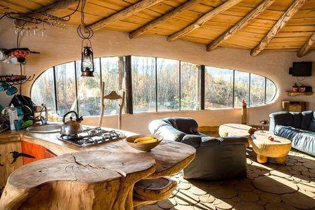 Poze Living - Fereastra cu forma speciala a unei case ecologice
