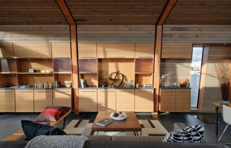 Poze Living - Aproape un intreg perete din living este ocupat cu mobilier inzidit