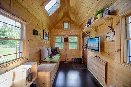 Poze Case lemn - Zona de zi luminoasa si calda intr-o casuta din lemn pe roti