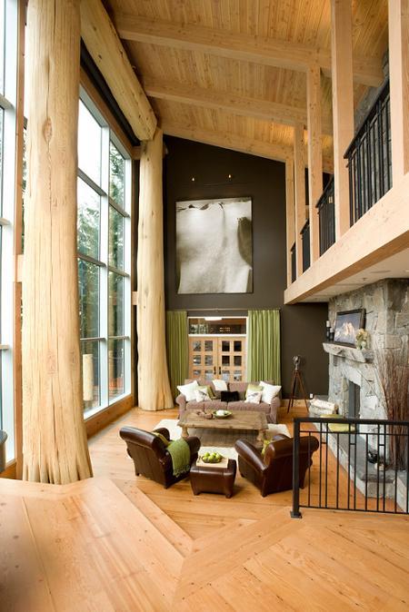 Un living spectaculos, amenajat eclectic, cu mult lemn