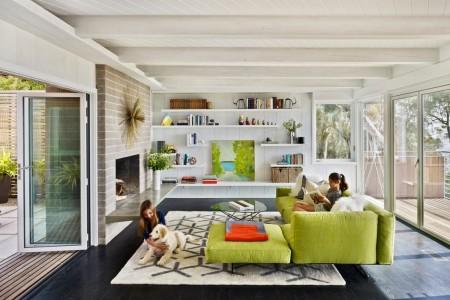 Poze Living - Zona de zi moderna conectata cu exteriorul prin usi mari din sticla