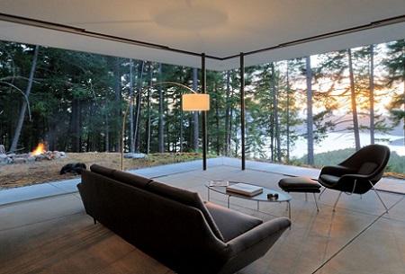 Living minimalist, cu pereti din sticla si vedere spre padure