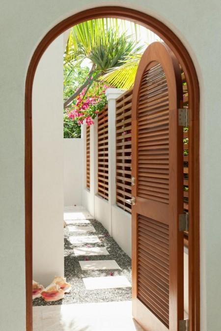 Poze Garduri si porti - Curte interioara cu poarta din lemn