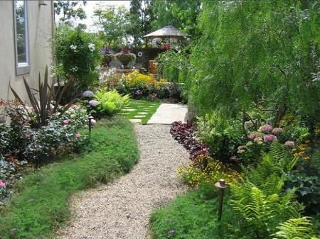 Poze Gradina de flori - Amenajare gradina cu alei si plante decorative