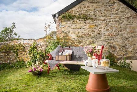 Poze Gradina de flori - Masuta de gradina improvizata dintr-un ghiveci rasturnat
