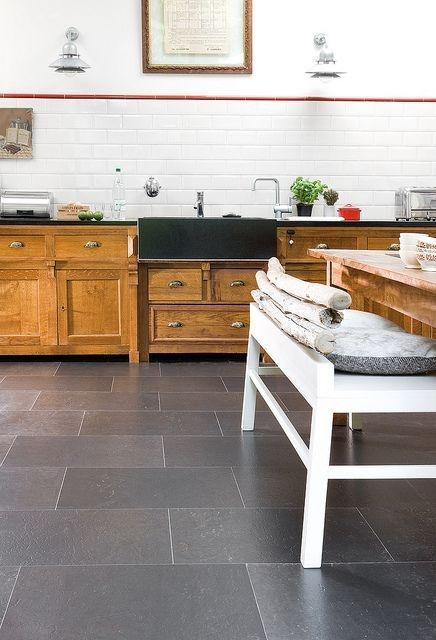Bucatarie cu mobilier din lemn si pardoseala din pluta