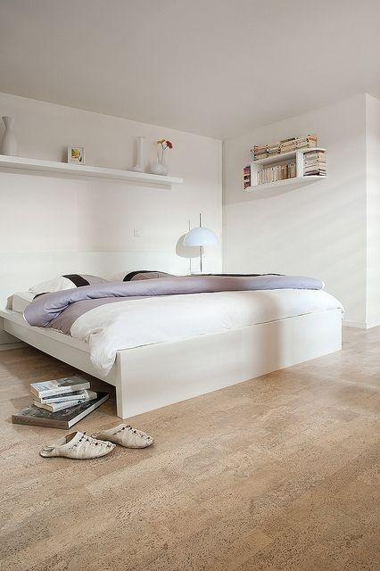 Poze Dormitor - Dormitor alb, minimalist, cu pardoseala din pluta