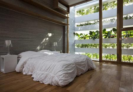 Poze Dormitor - Dormitor 'umbrit' de vegetatia care acopera balconele
