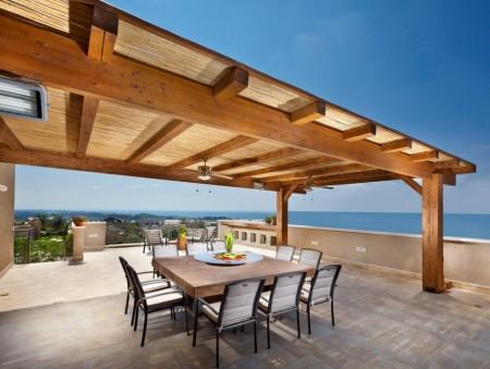 Poze Pergola - Pergola din lemn acoperita cu trestie protejeaza de soare