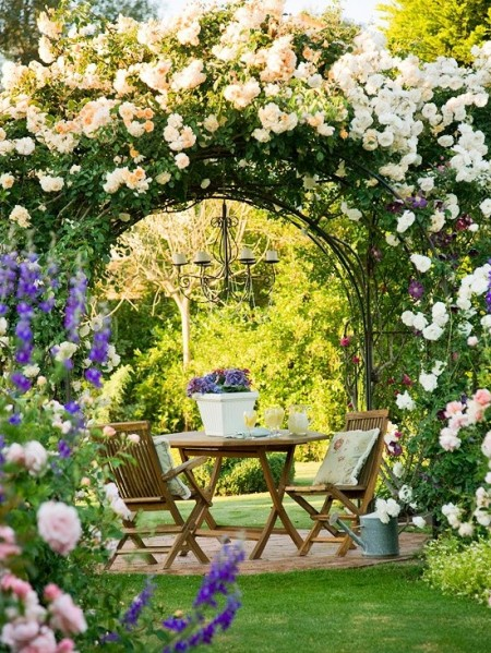 Poze Pergola - Pergola din fier forjat acoperita cu trandafiri cataratori