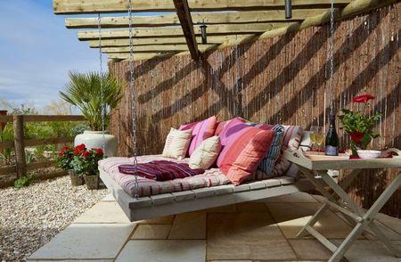 Poze Pergola - Pergola din lemn si un pat suspendat
