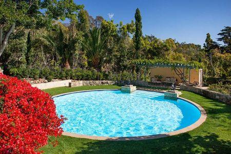 Poze Piscina - O superba piscina rotunda intr-o gradina luxurianta