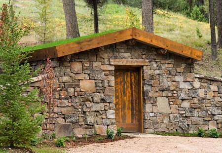 Poze Crama si pivnita - Pivnita din blocuri masive de piatra si cu un acoperis verde
