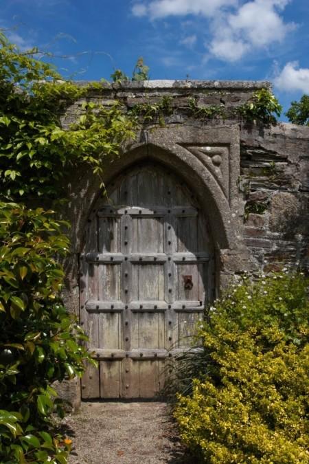 Poze Garduri si porti - Poarta gotica din lemn si zid vechi din caramida si piatra