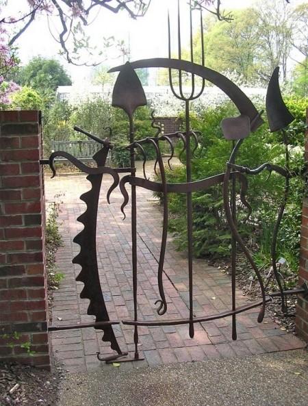 Poze Gradina legume - Unelte de gradinarit in designul portii de acces spre gradina de legume