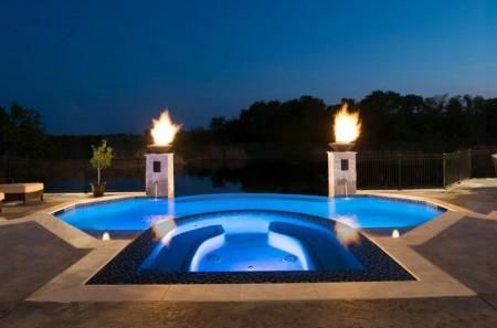 Poze Piscina - Doua torte uriase completeaza iluminatul subacvatic al piscinei