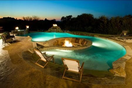 Poze Piscina - Foc de tabara langa piscina