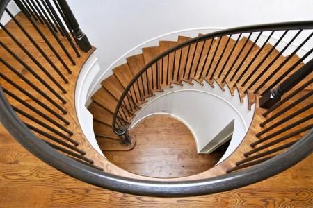 Poze Scari - Scara curba cu trepte si balustrada din lemn