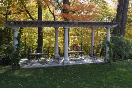 Poze Pergola - Pergola din lemn sprijinita pe coloane din beton