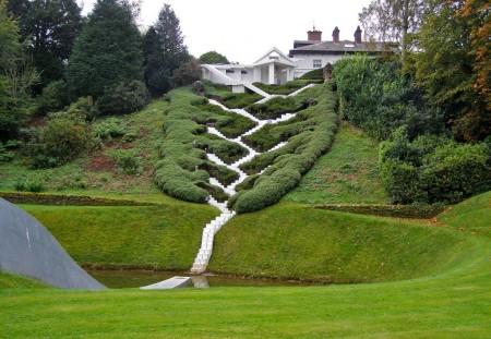 Poze Gradina de flori - Gradina Speculatiilor Cosmice din Scotia este memorabila datorita acestei scari care imita o cascada in trepte
