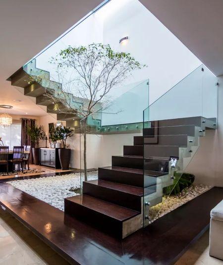 Poze Scari - Scara interioara moderna cu balustrada din sticla