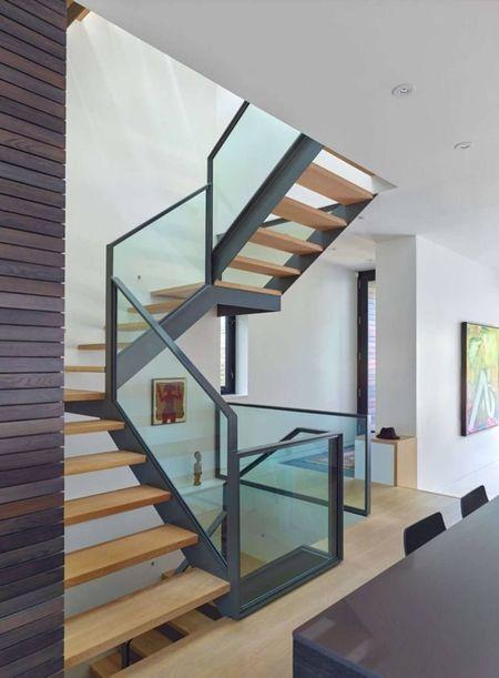 Poze Scari - Scara interioara moderna, cu trepte din lemn si balustrada din sticla