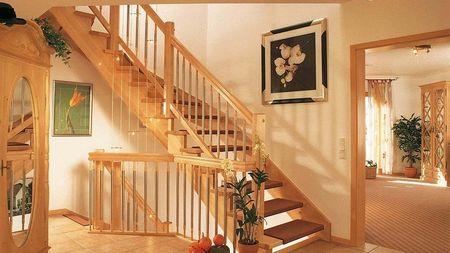 Poze Scari - Scara curba din lemn spre mansarda casei
