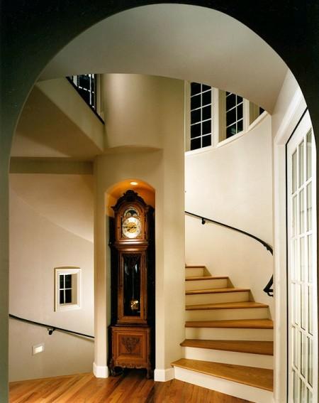 Poze Scari - Ceasornic cu pendul incadrat in plonul de sustinere al unei scari in spirala