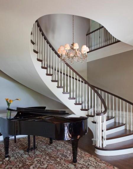 Poze Scari - Armonie perfecta intre formele curbe ale pianului si cele ale scarii interioare
