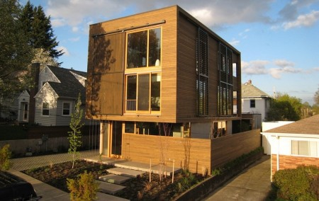 Poze Fatade - Casa moderna cu un initeresant sistem culisant de umbrire