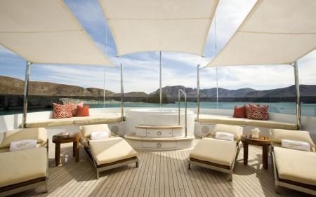 Poze Piscina - De pe puntea unui yacht de lux nu putea lipsi nici un jacuzzi