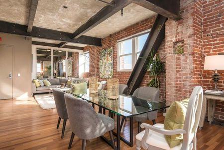 Poze Sufragerie - Accentele industriale sunt evidente in sufrageria acestui apartament modern