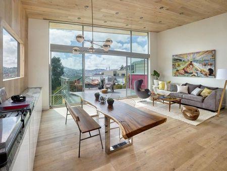 Poze Sufragerie - Usile glisante din sticla unesc sufrageria cu terasa