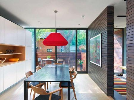 Poze Sufragerie - Peretele si usa culisanta din sticla separa, sau mai bine zis unifica, spatiul interior si cel exterior